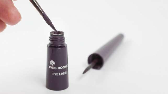 Liquid Eyeliner mit Pinsel auftragen