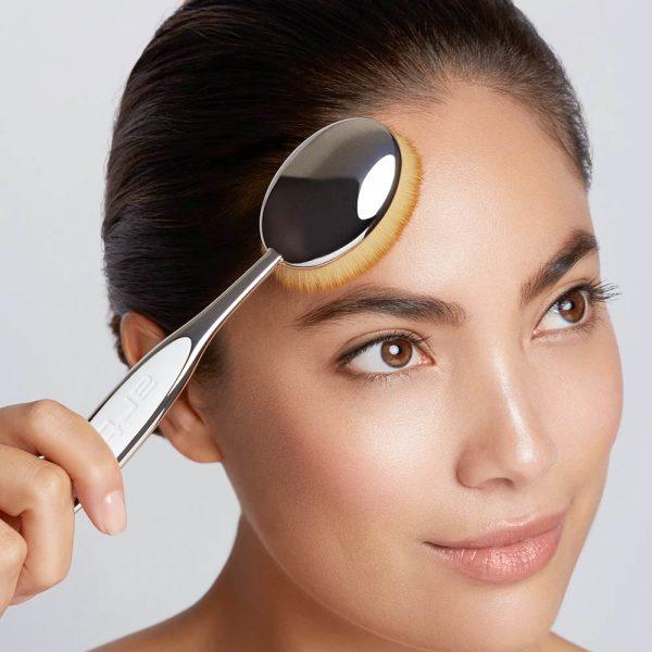 ARTIS BRUSH Oval 8 Elite Mirror Face Application Demo Size Comparison