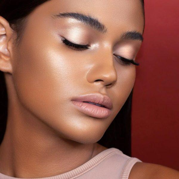 NATASHA DENONA I Need a Nude Glow Highlighter Medium Skin Model