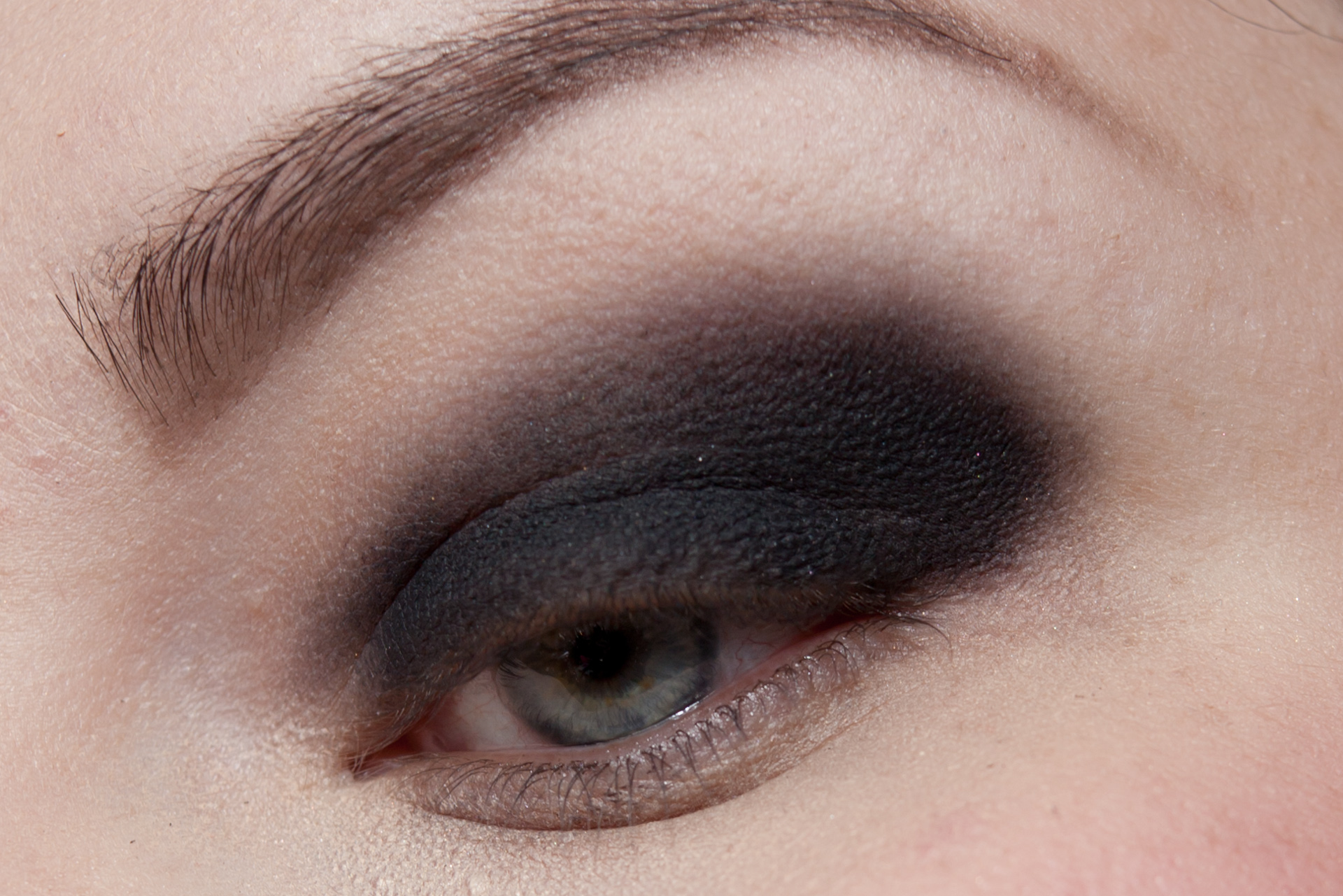 URBAN DECAY Zodiac MAKE UP FOR EVER Aqua Black Makeup Look-2